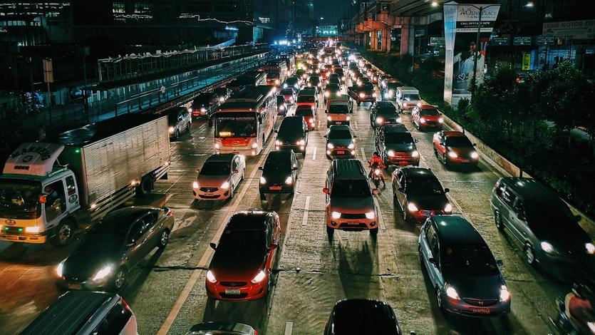 Kebanyakan pengendara sering kesulitan saat mengemudikan mobil manual di jalan macet. Cara mengemudi mobil manual di jalan macet cukup mudah dilakukan.